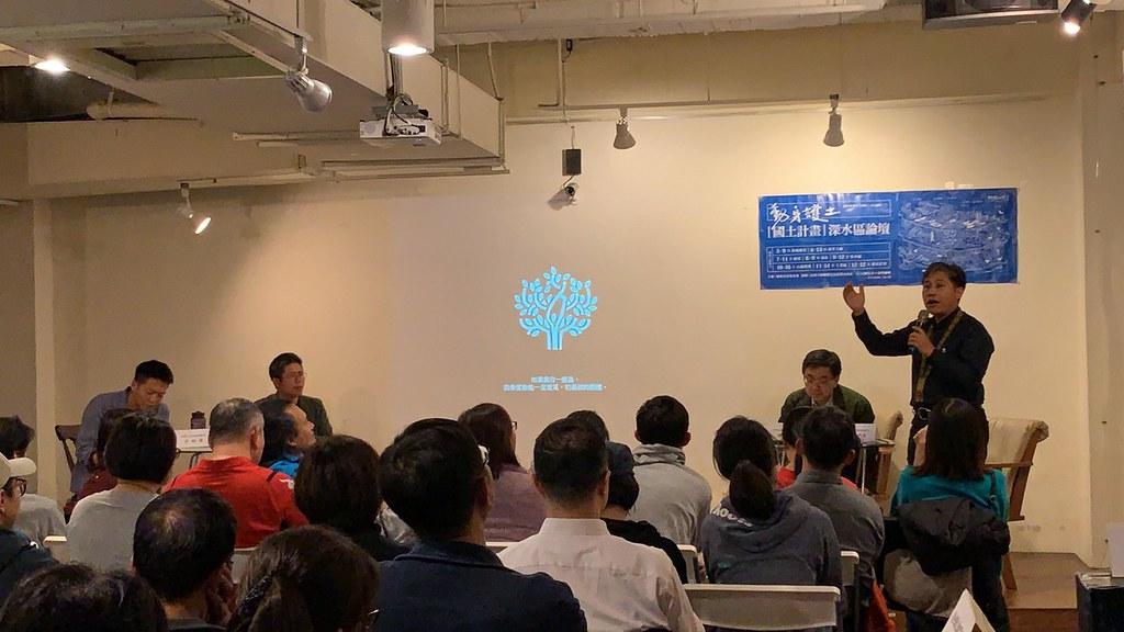 1月16日地球公民舉辦之森林論壇現場。(由右至左分別為歐蜜牧師、林華慶局長、李根政執行長及筆者)
