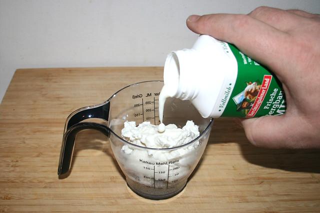 06 - Schuss Milch dazu geben / Add pinch of milk