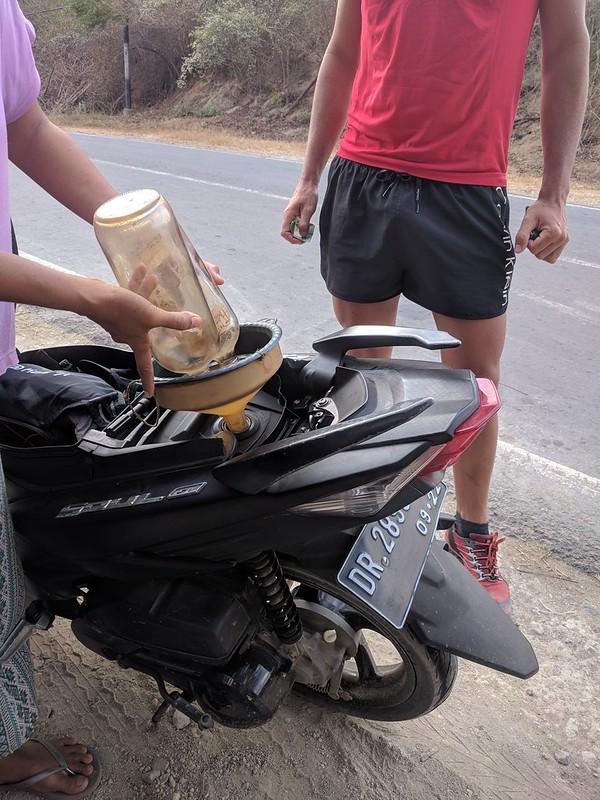 Rellenando gasolina en Kuta Lombok
