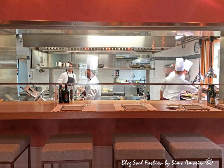 Detalhes da cozinha com os cozinheiros em ação e a bancada onde podemos observar enquanto saboreamos os nossos pratos