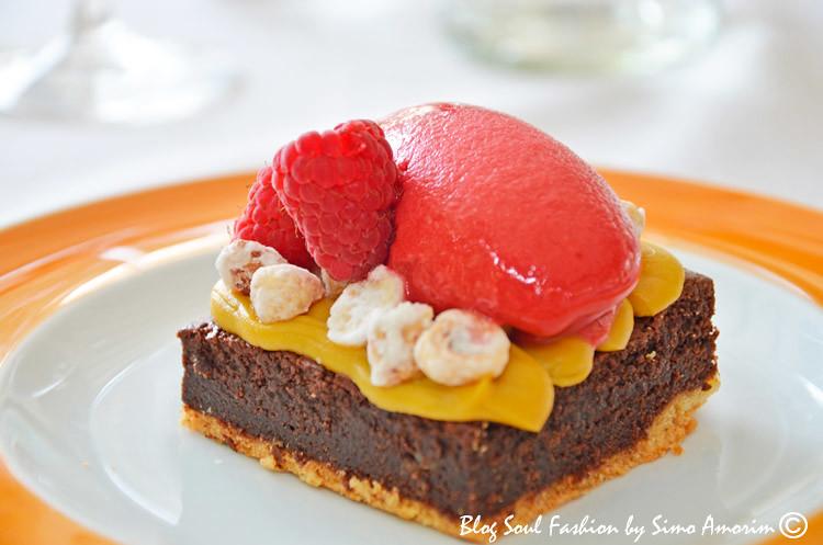 Torta de chocolate com sorvete de framboesa