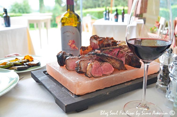 A deliciosa Fiorentina toscana, servida na pedra de sal rosa a qual mantém a carne aquecida e conserva as suas propriedades do sabor, liberando um perfume único