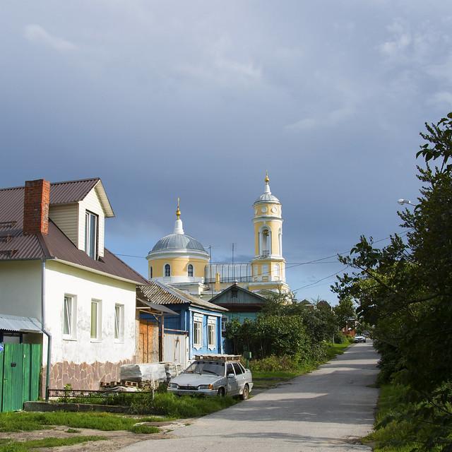 Улица Исаева и Крестовоздвиженская церковь.