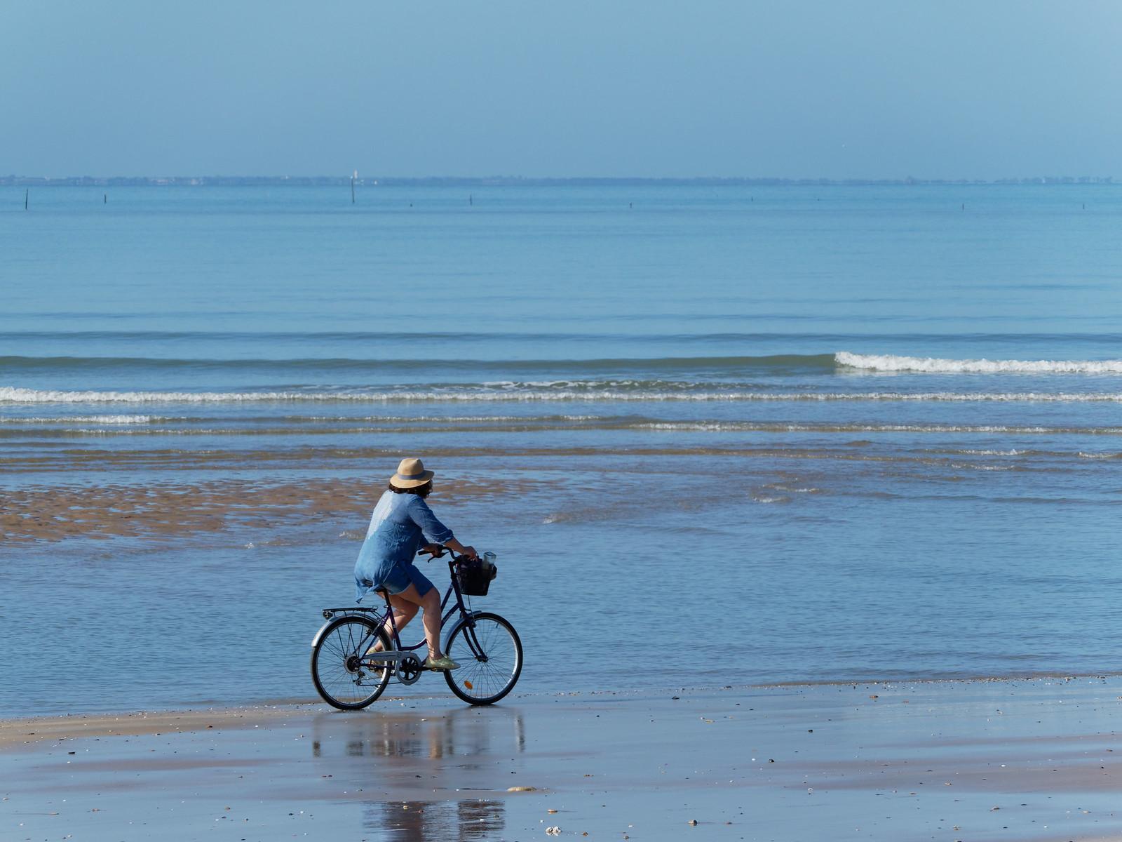 A vélo sur la plage 48473269042_9555ffbfcb_h