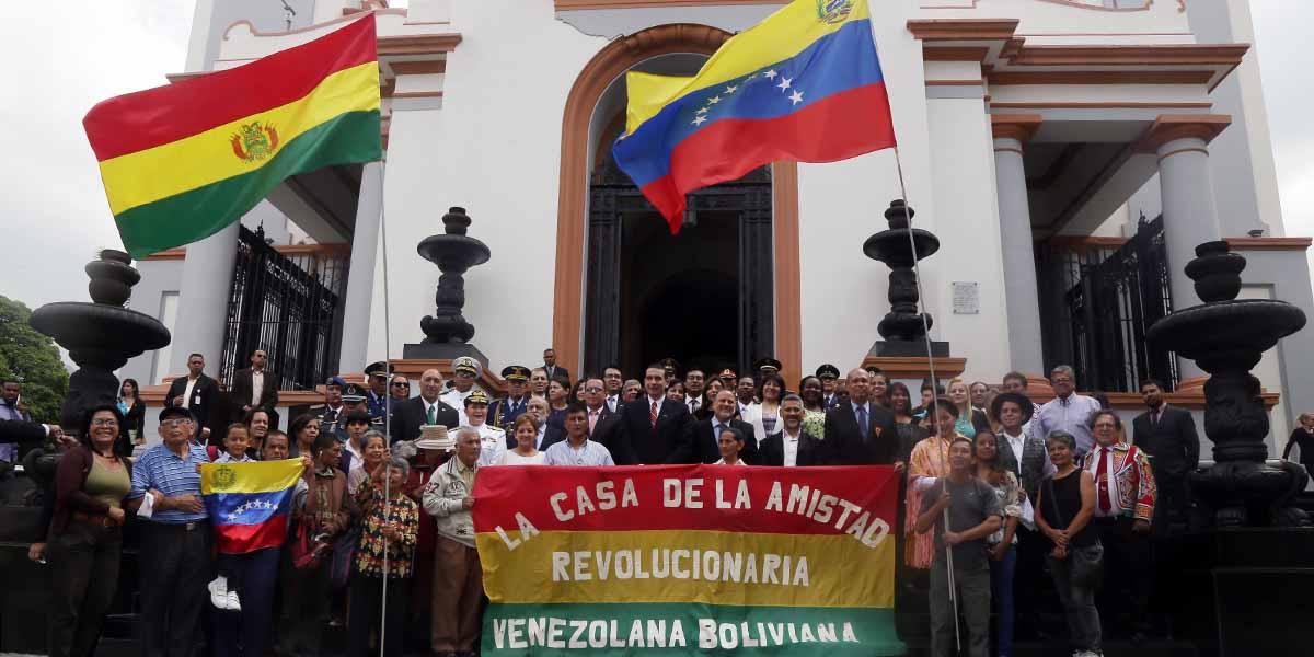 Ofrenda Floral Bolívia en el Panteón Nacional