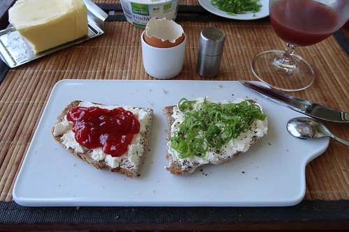 Roggenmischbrot mit Frischkäse mit Erdbeermarmelade bzw. Frühlingszwiebeln