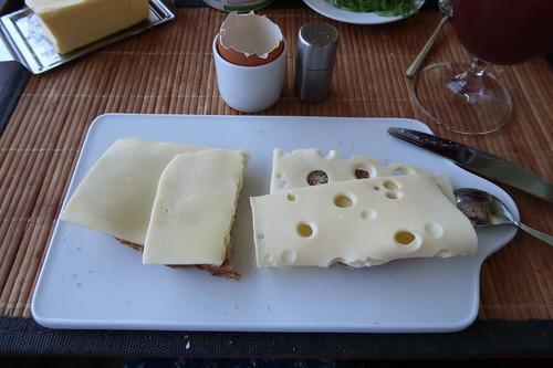Roggenmischbrot mit Butterkäse und Maasdamer