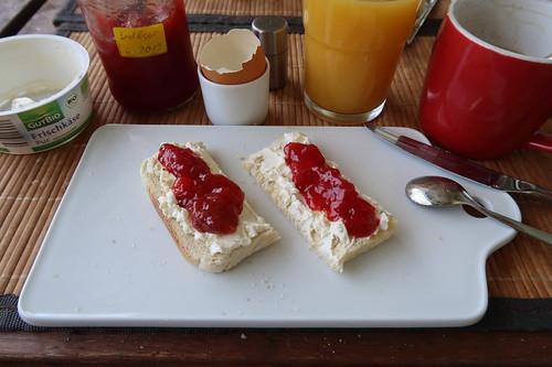 Toast mit Frischkäse und Erdbeermarmelade