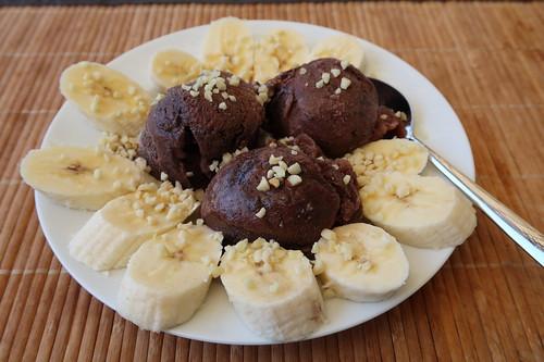 Italienisches Schokoladenrumeis mit Bananen und gehackten Mandeln