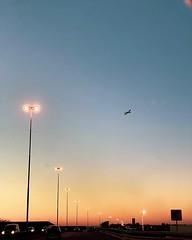 Un atardecer cerca de Ezeiza con un Embraer 190 despegando (si si... de cerca se podía ver y te digo más... era el livery #skyteam y todo :joy::joy:) #iphonexs #ezeiza @aeropuertoeze #avgeek