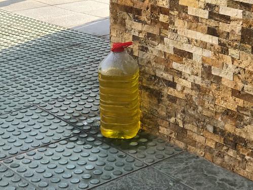 Botellas de agua en las esquinas