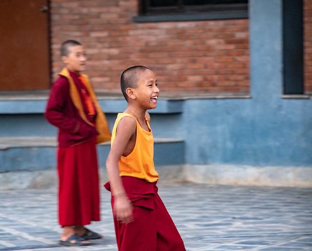 Partie de foot après les cours pour les apprentis moines