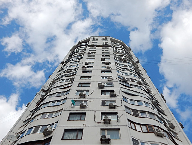 высокий жилой дом в Москве   tall residential building in Moscow