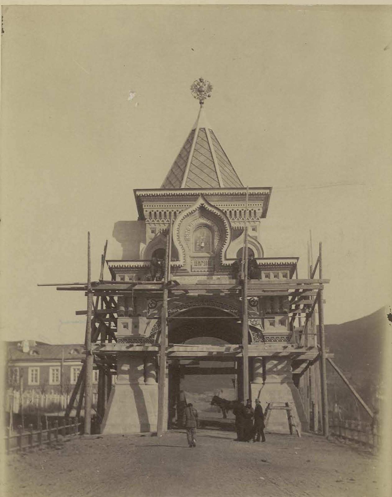 05. 1891. Владивосток. Триумфальная каменная арка, сооруженная по подписке к приезду наследника. Теперь из нее часовню делают