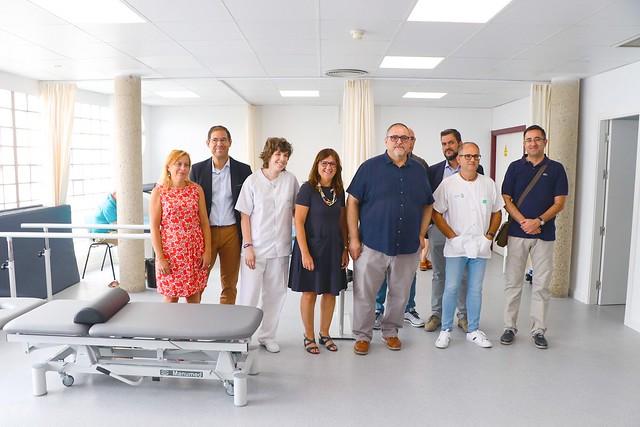 Regina Leal visita la sala de fisioterapia del Centro de Salud de Villafranca de los Caballeros