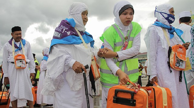 5270 Indonesian widow saved for 26 years by selling junk to perform Hajj 01
