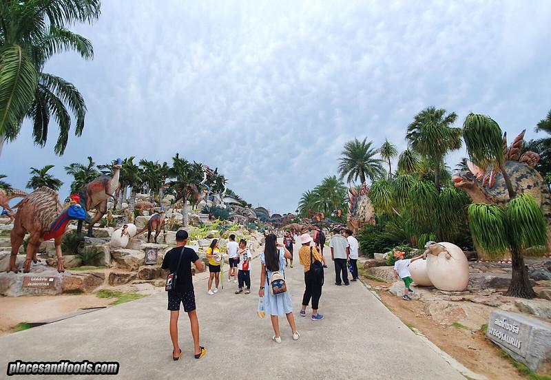 dinosaur park nong nooch crowd