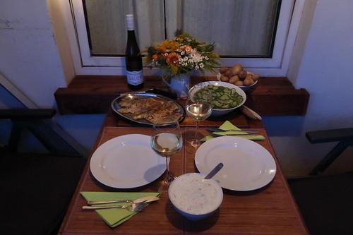 Mehlierter Kabeljau mit Joghurtsoße, Pellkartoffeln und Gurkensalat (Tischbild)