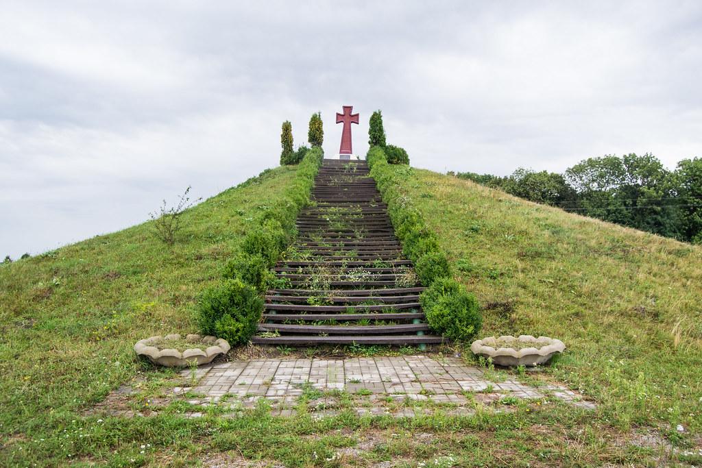 Курган пам'яті у полі за Пилявою