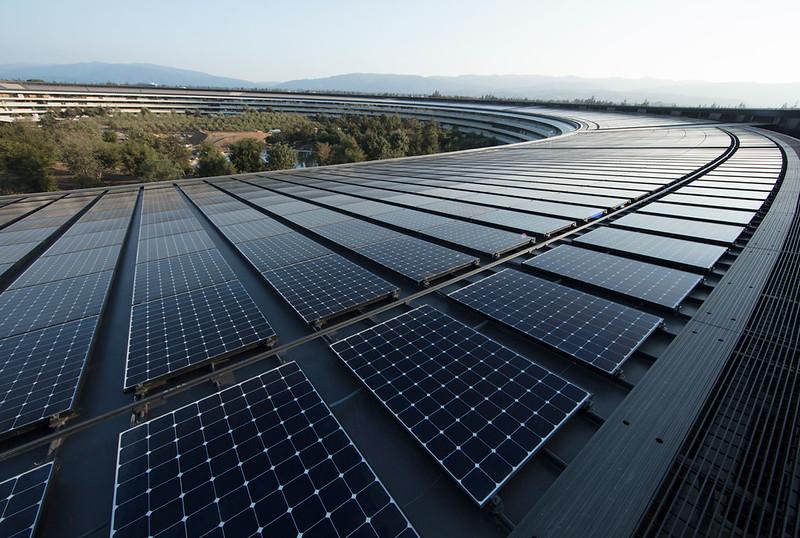 Apple 位於 Cupertino 的新總部由 100% 再生能源供給電力,其中部分電力來自園區內 17MW的屋頂太陽能裝置。照片來源:蘋果公司。