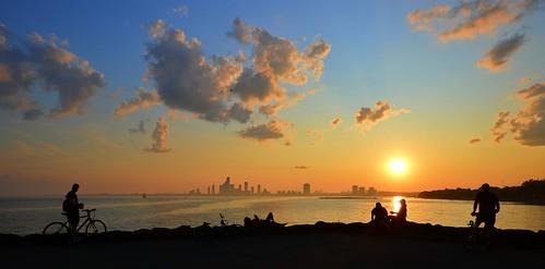 sunset gleamingsunset greatlakes lakeontario glisteningwater urban city torontoist brilliantsunset