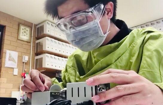 正在切割琥珀的蕭昀。圖片來源:蕭昀