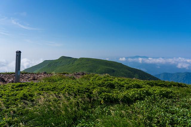 横岳の左奥に栗駒山