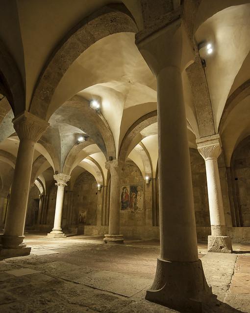 ... giocando con luci ed architettura (01) ...cattedrale s.maria assunta - basilica inferiore