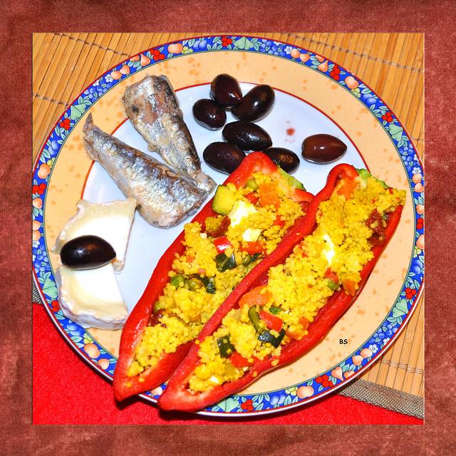 Sommer 2019 ... Eiweißhaltige Ernährung ... Lecker: Rote Paprikaschiffchen mit Gemüsehirse und Ziegenkäse gefüllt, Ölsardinen und Oliven ... Foto: Brigitte Stolle