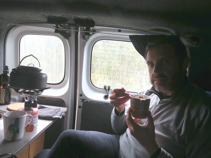 Desayunando en la caravana