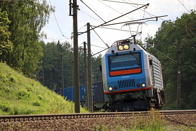 Электровоз БКГ2-007 с грузовым составом на перегоне Колодищи/Городище.