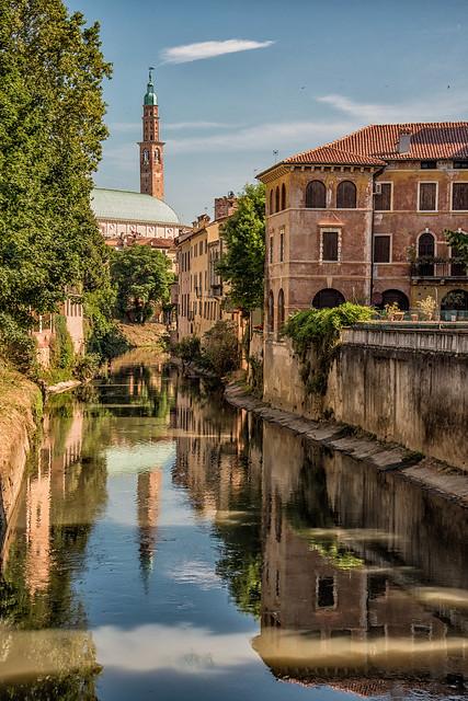 El río Retrone en Vicenza. Al fondo Torre Bissara.