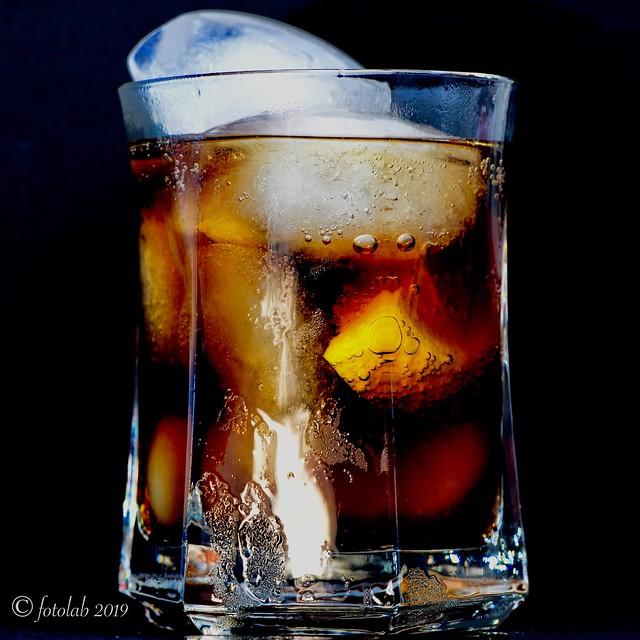 Mucho hielo, limón y Cola....