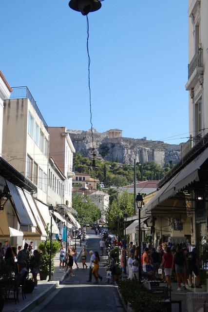 l'Acropole au fond de la rue