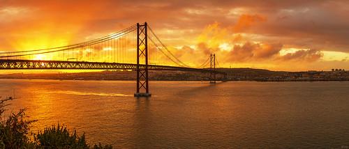 portugal panorama sunset lisbon lissabon tejo skyline sonnenuntergang tagus river tajo ponte 25 de abril stadt city hauptstadt pano stimmungsvoll infrastruktur europa verkehr hängebrücke wahrzeichen landmark almada viewpoint aussichtspunkt