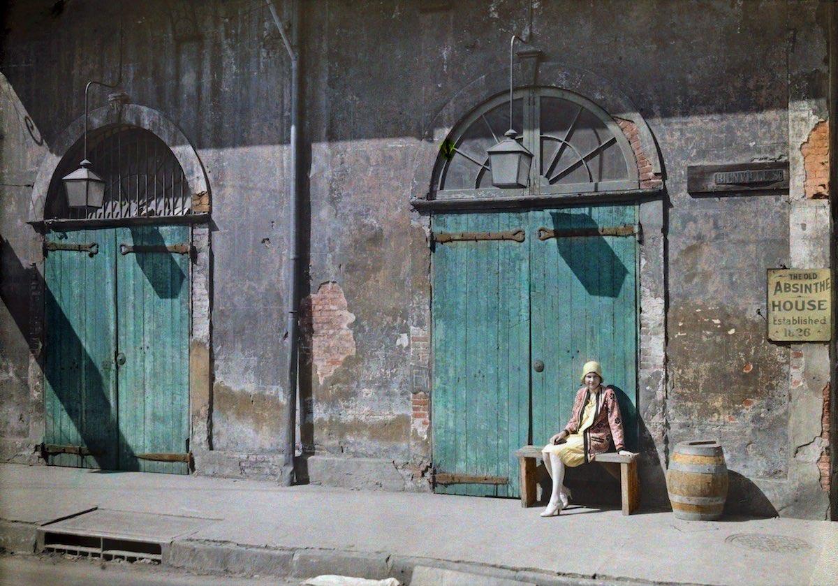 1929. Женщина сидит возле дверей бара «Олд Абсент Хаус». Эдвин Л. Вишерд