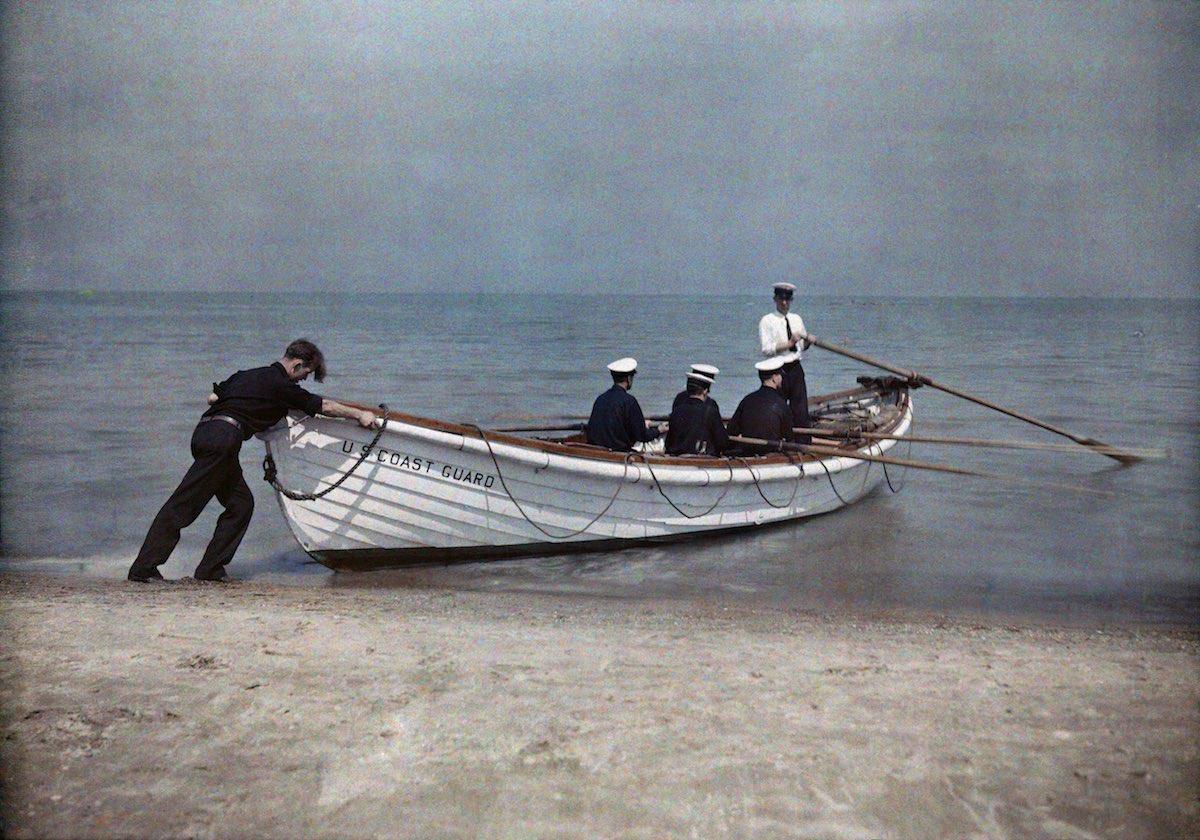 1929. Аштабула, Огайо – служащие береговой охраны отчаливают в своей лодке.  Джейкоб Дж. Гайер