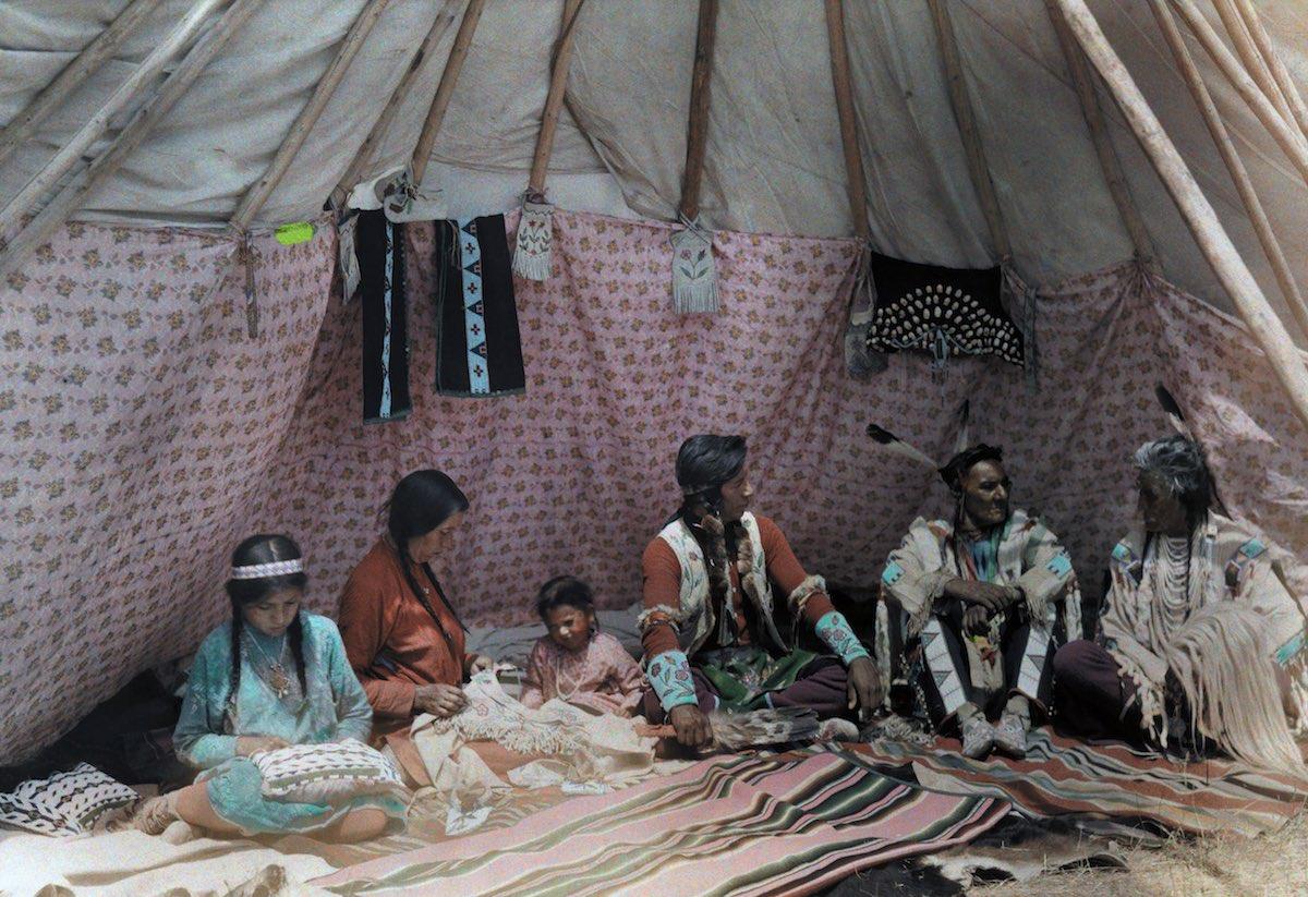 1927. Монтана – семья индейцев в своем жилище, типи. Эдвин Л. Вишерд