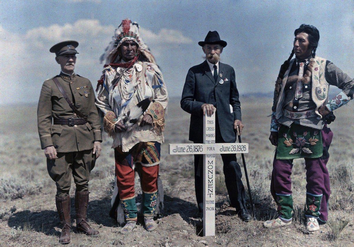1927. Индейская резервация Кроу, Монтана – мужчины стоят рядом с памятником Седьмой кавалерии. Эдвин Л. Вишерд