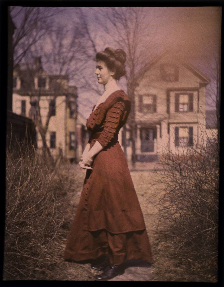1915. Женщина в красном платье,