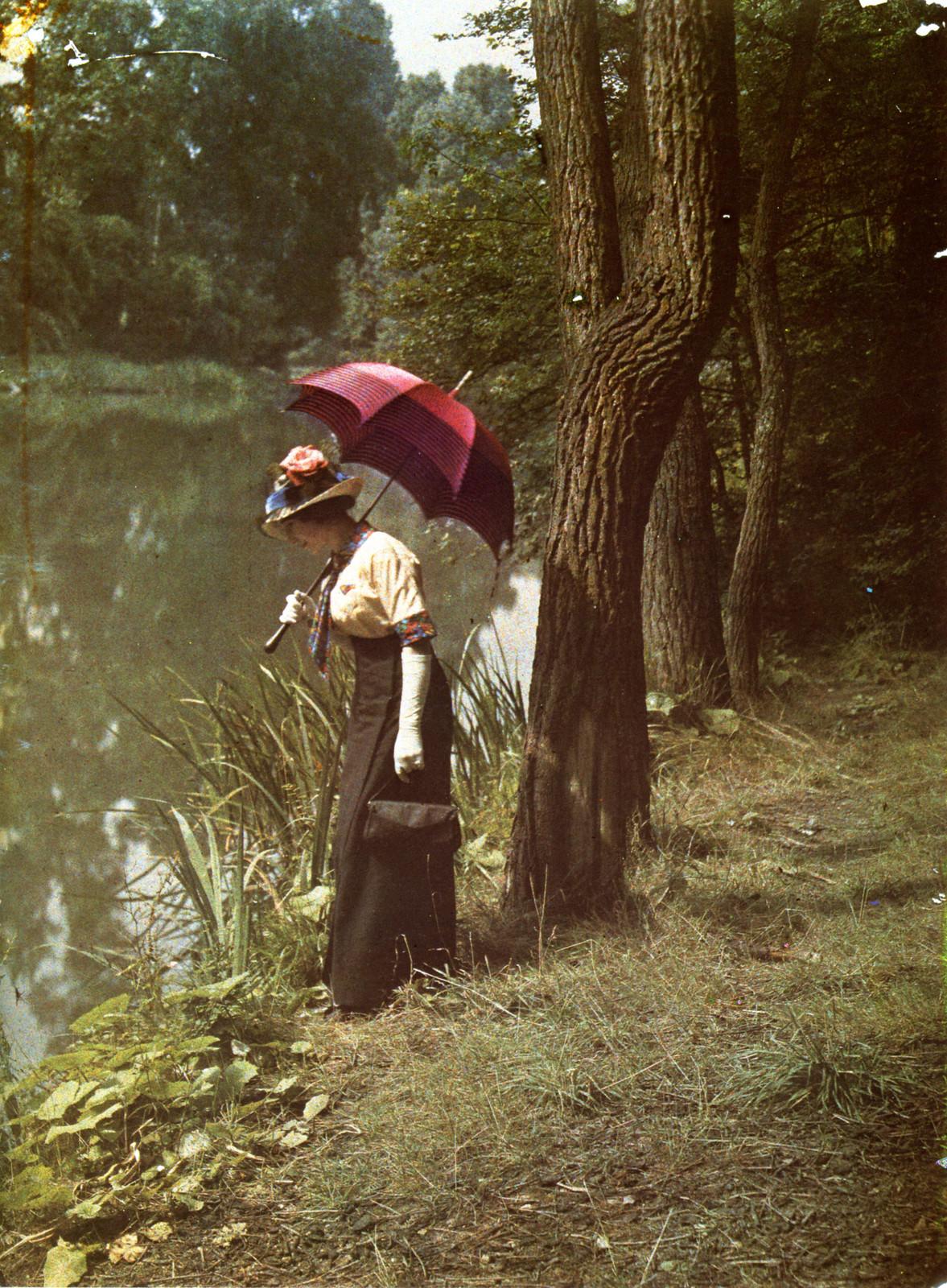 1906. Молодая женщина у воды
