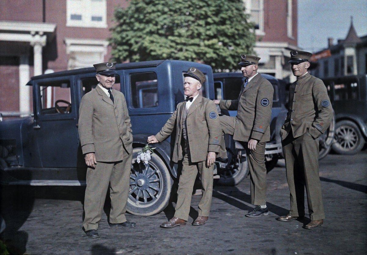 1929. Геттисберг, штат Пенсильвания – четыре гида ждут туристов для экскурсии по полю битвы при Геттисберге. Клифтон Р. Адамс