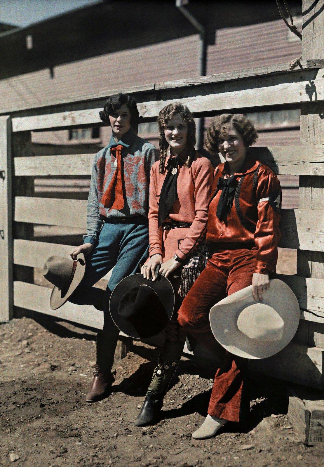 1928. Форт-Уэрт, штат Техас – три молодые женщины на родео. Клифтон Р. Адамс