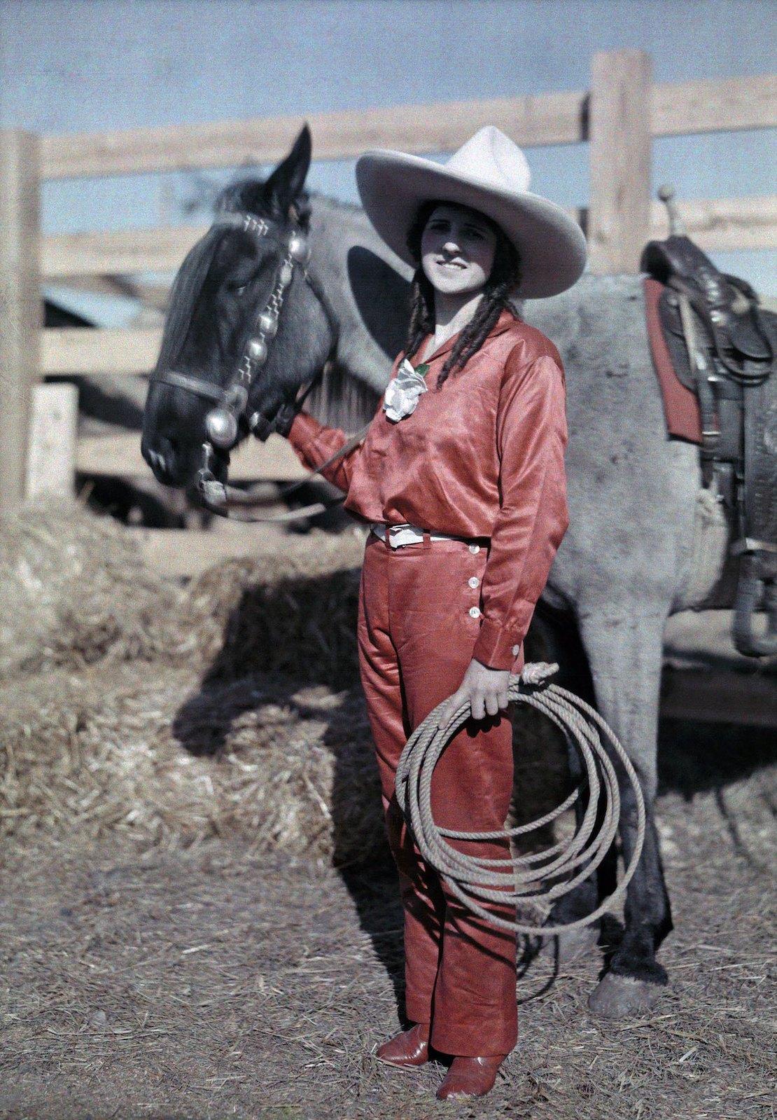 1928. Сан-Антонио, штат Техас – наездница позирует со своим пони на родео. Клифтон Р. Адамс