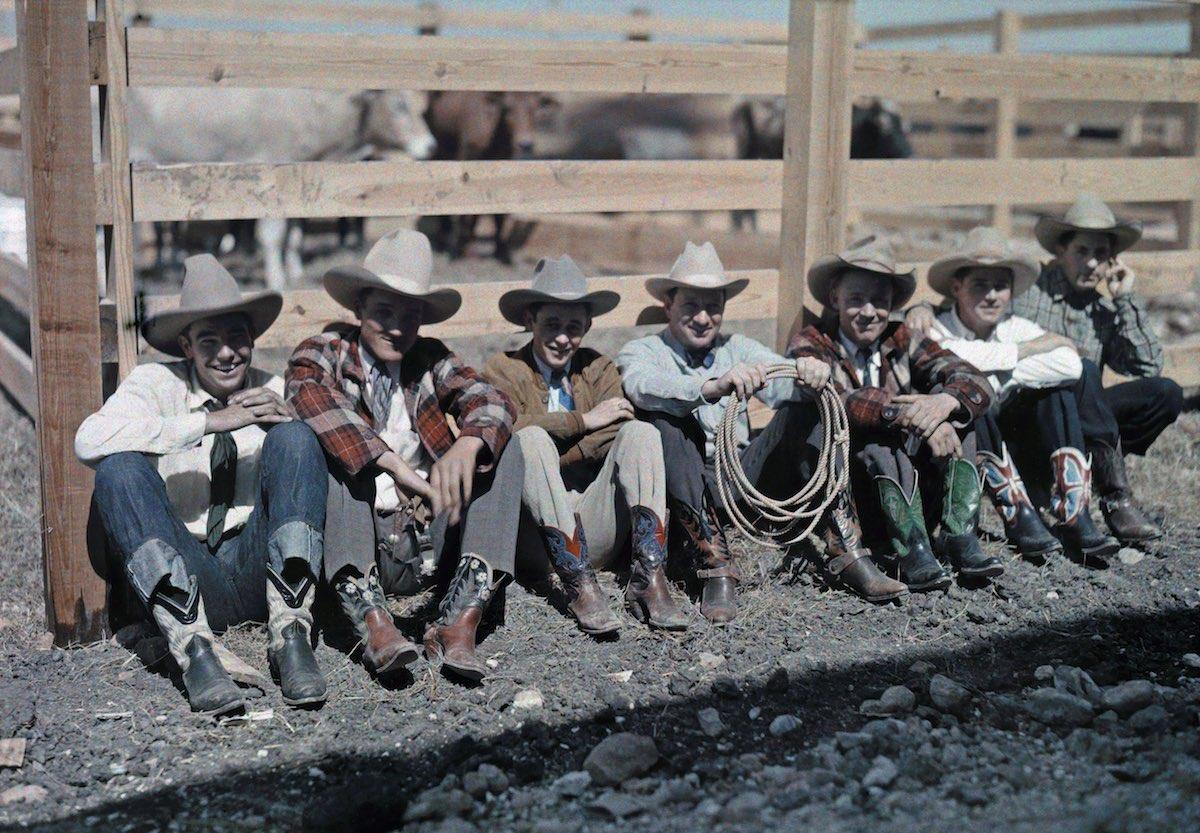 1928. Сан-Антонио, штат Техас – ковбои и всадники сидят вдоль забора на родео. Клифтон Р. Адамс