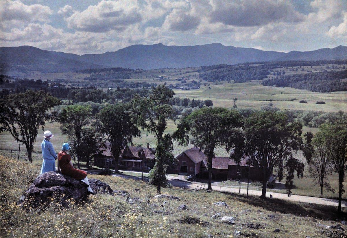 1927. Стоу, штат Вермонт – две женщины смотрят на запад от деревни Стоу к горе Мэнсфилд. Клифтон Р. Адамс