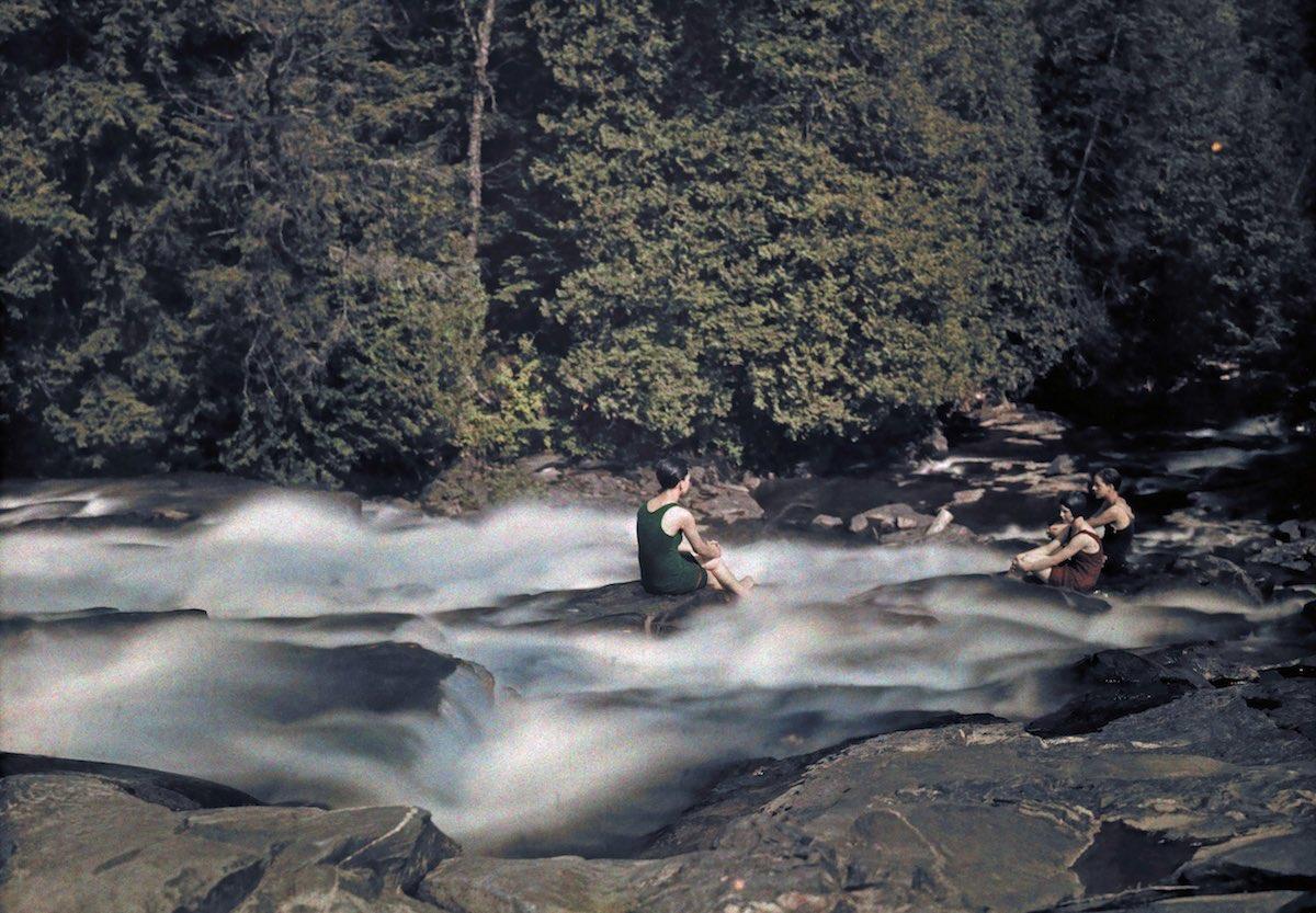 1927. Отдыхающие у бегущей реки в теплый летний день. Клифтон Р. Адамс