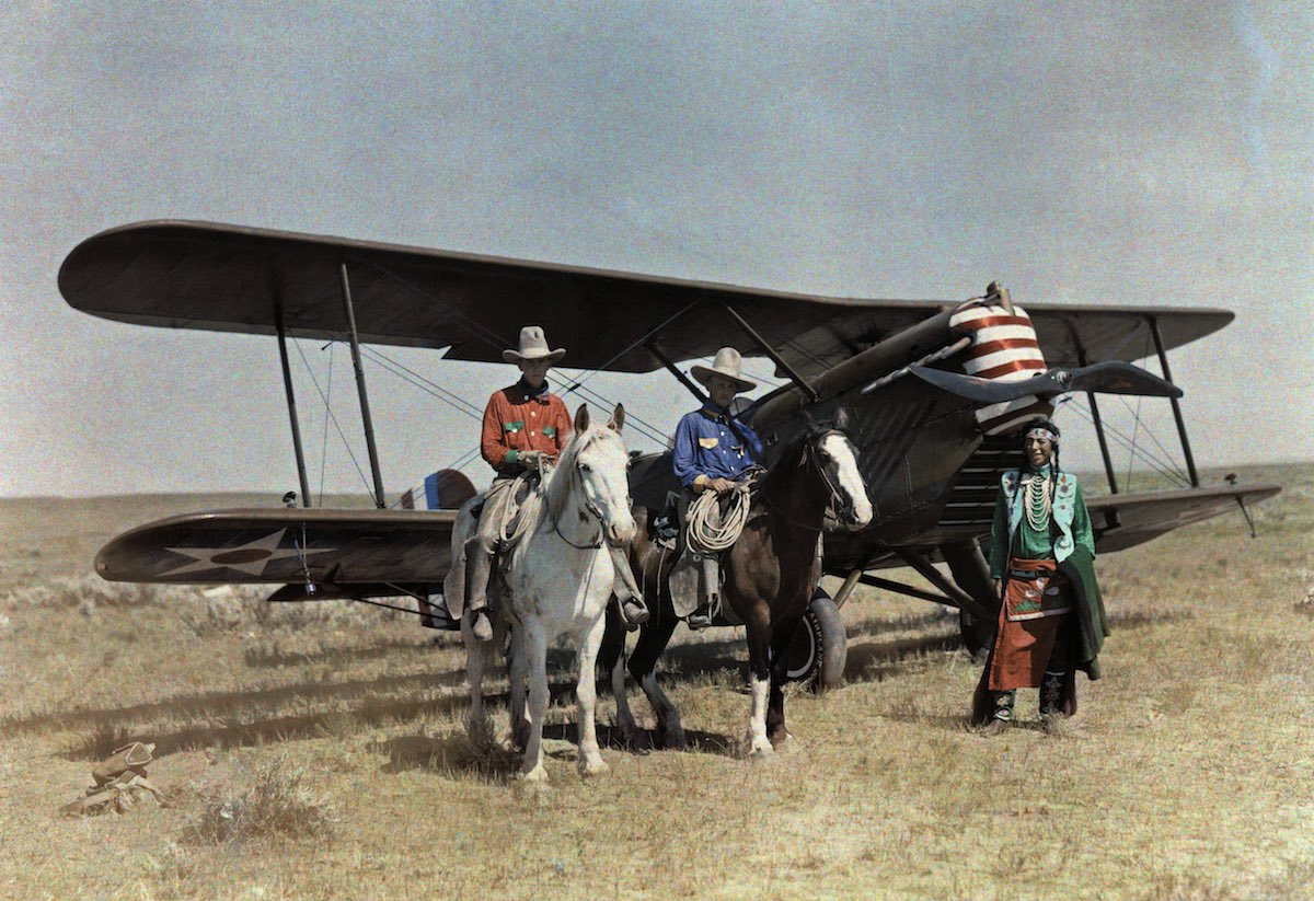 1927. Монтана – Трое мужчин стоят перед самолетом в резервации Кроу. Эдвин Л. Вишерд