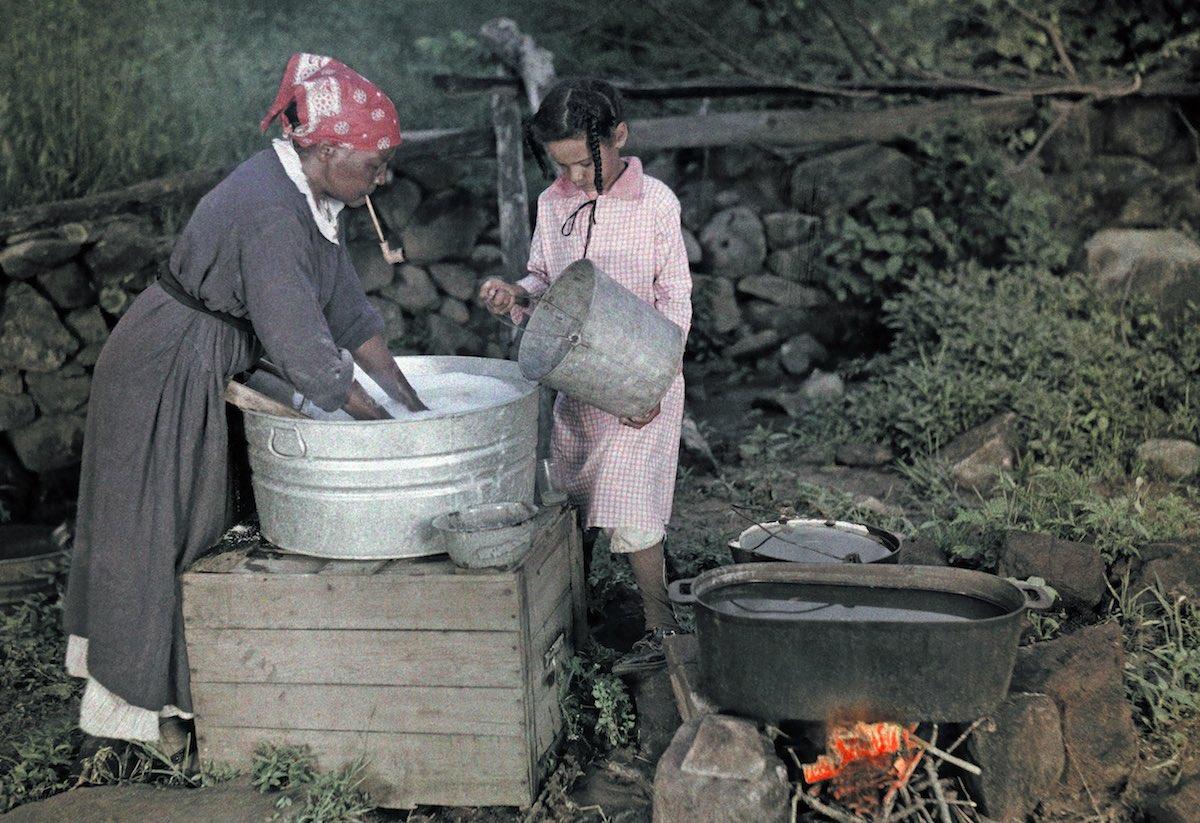 1926. Вирджиния. Женщина с подростком стирает на улице в Сперривилле. Чарльз Мартин