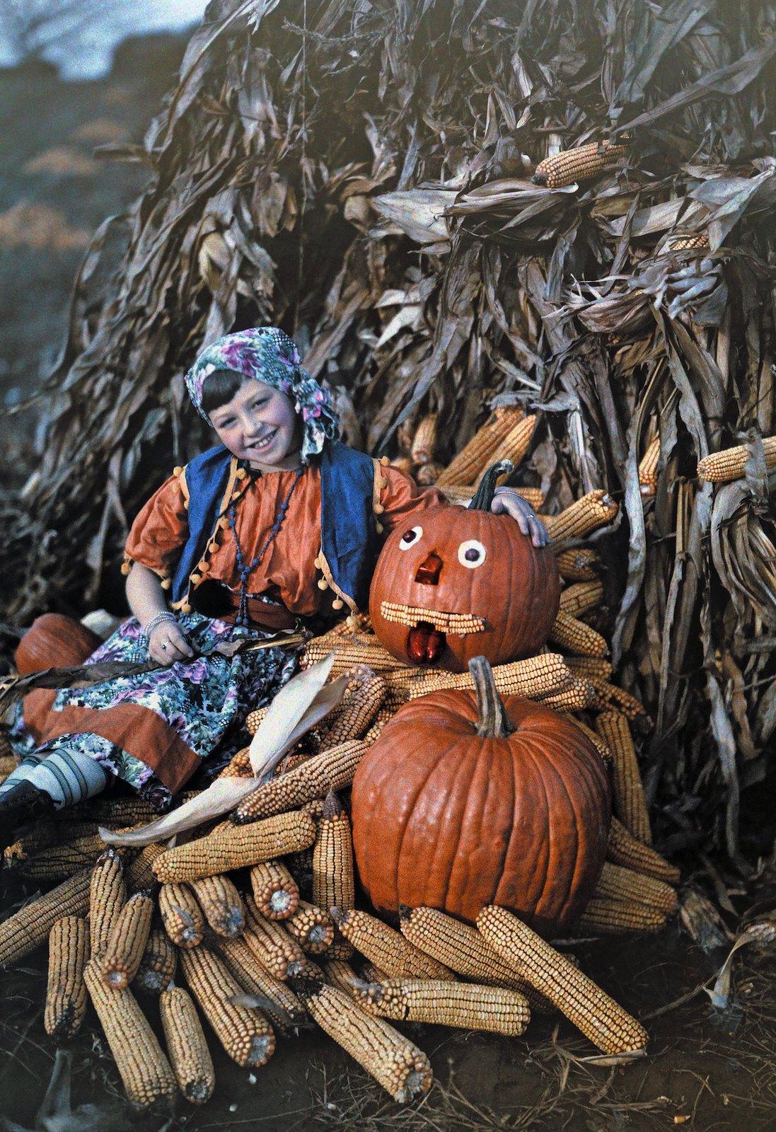 1926. Вирджиния – девочка позирует с кукурузными початками и тыквами во время сбора урожая. Чарльз Мартин